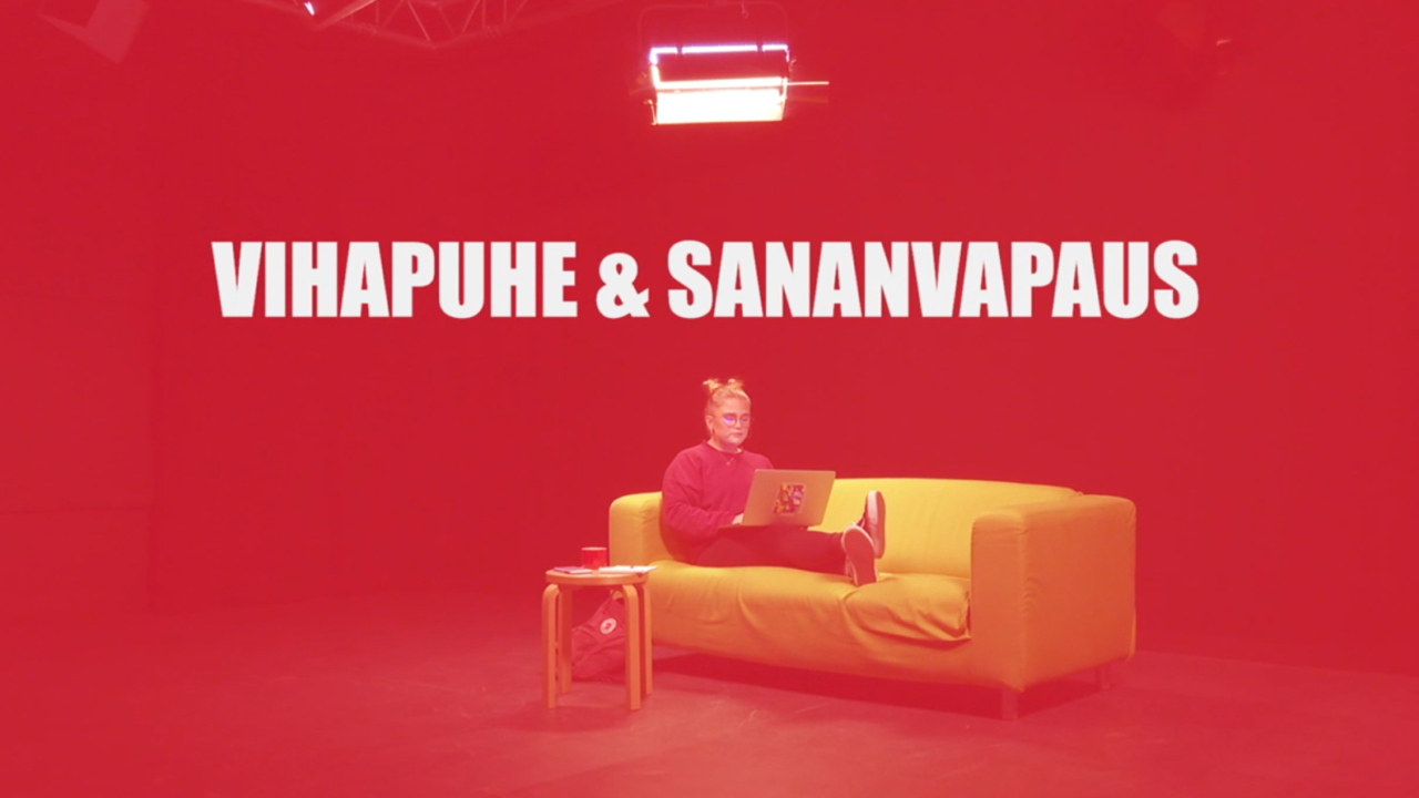 Nainen istuu sohvalla läppäri sylissä ja kuvan päällä videon nimi kirjoitettuna.