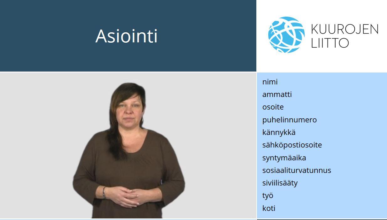 Nainen katsoo kameraa, kädit vatsan edessä, ympärillä suomenkielistä tekstiä.