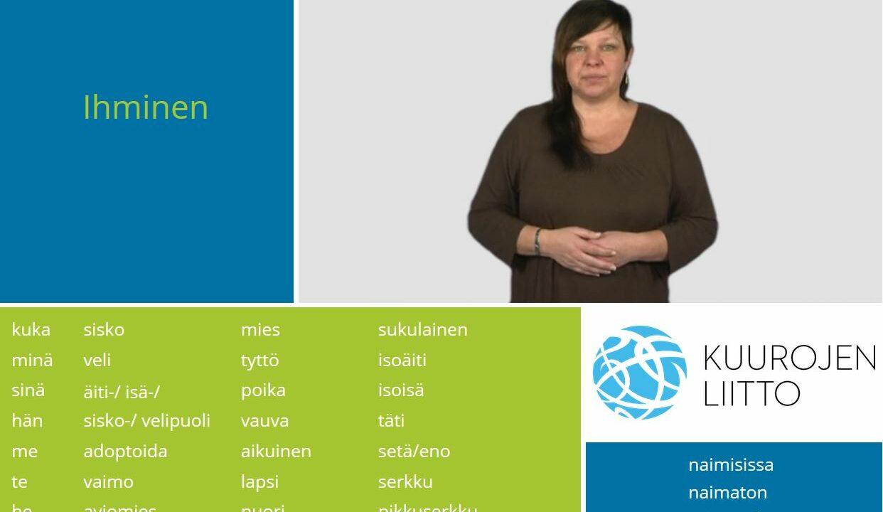 Nainen katsoo kameraan, kädet ristissä vatsan päällä, ympärillä suomenkielisiä sanoja.