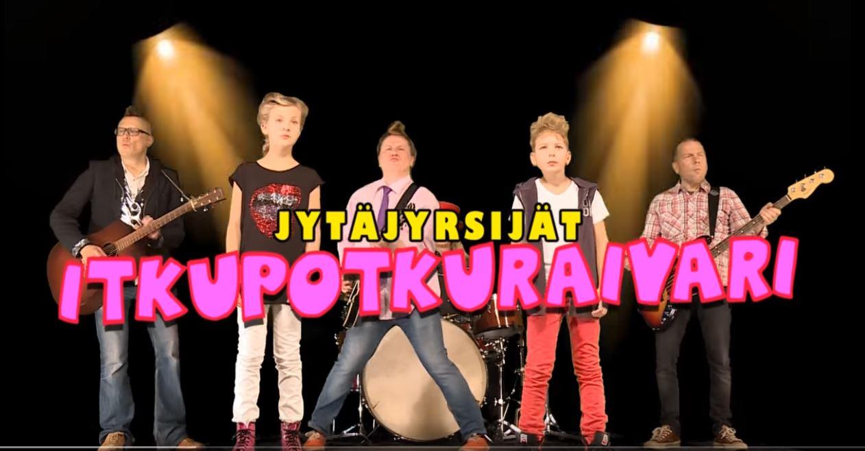 Bändi ja viittojat ja kuvan päällä videon nimi.