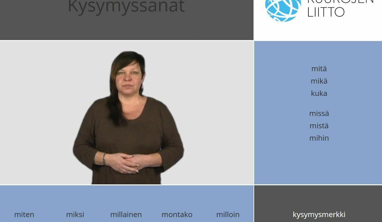 Nainen katsoo kameraan, ympärillä suomenkielisiä kysymyssanoja.