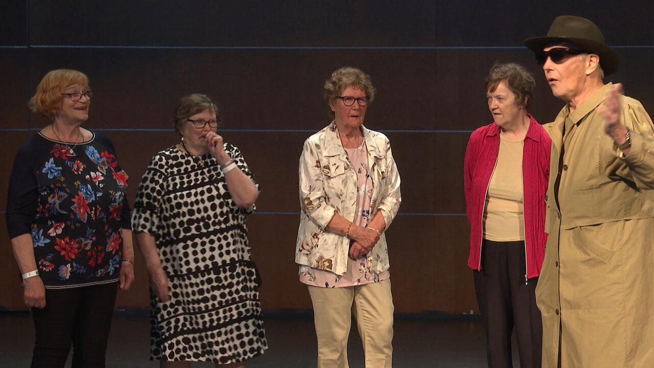 Neljä naista ja yksi mies seisovat esiintymislavalla.