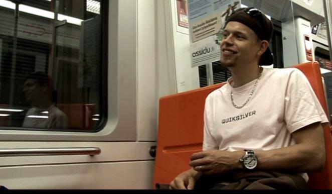 Nuori mies istuu metron penkillä.