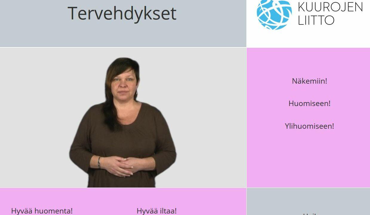 Nainen katsoo kameraan, kädet edessä lomittain, ympärillä suomen kielisiä sanoja.