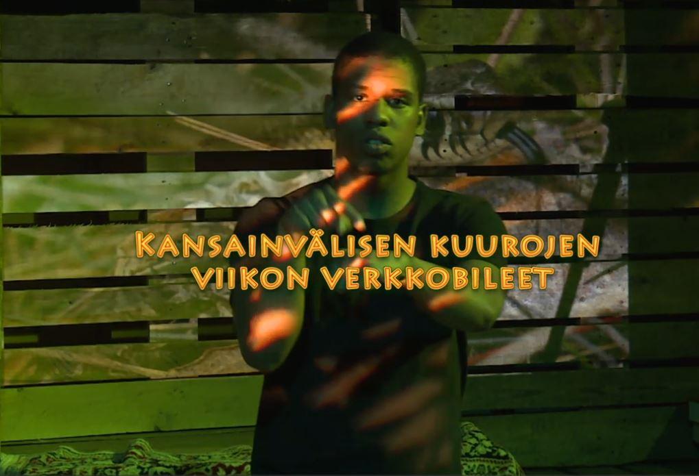 Tumma kuva, nuorimies katsoo kameraa, päällä tekstinä videon nimi.