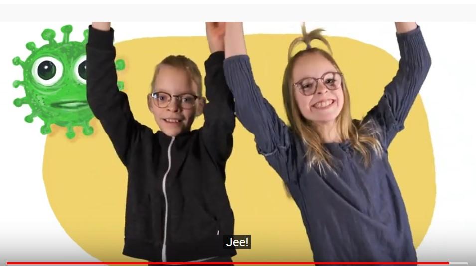 Kaksi tyttöä hymyilee leveästi ja ovat nostaneet kädet ilmaan.