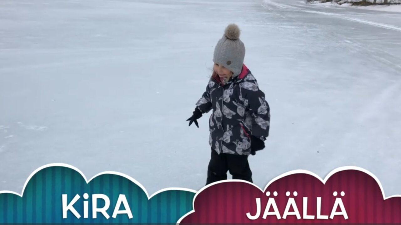 Pieni tyttö seisoo jään päällä, alareunassa sanat Kira jäällä.