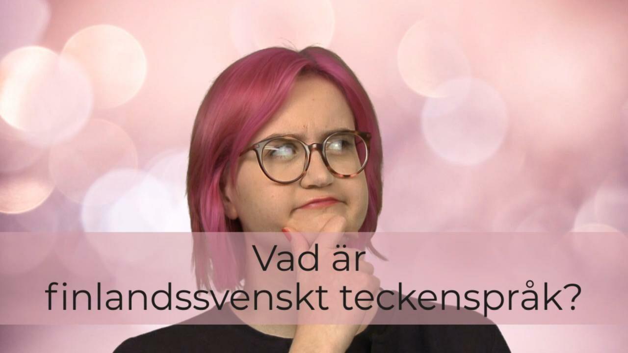 Vaaleanpunaisella taustalla nainen lähikuvassa, tuumavan näköisenä, päällä videon nimi tekstinä.