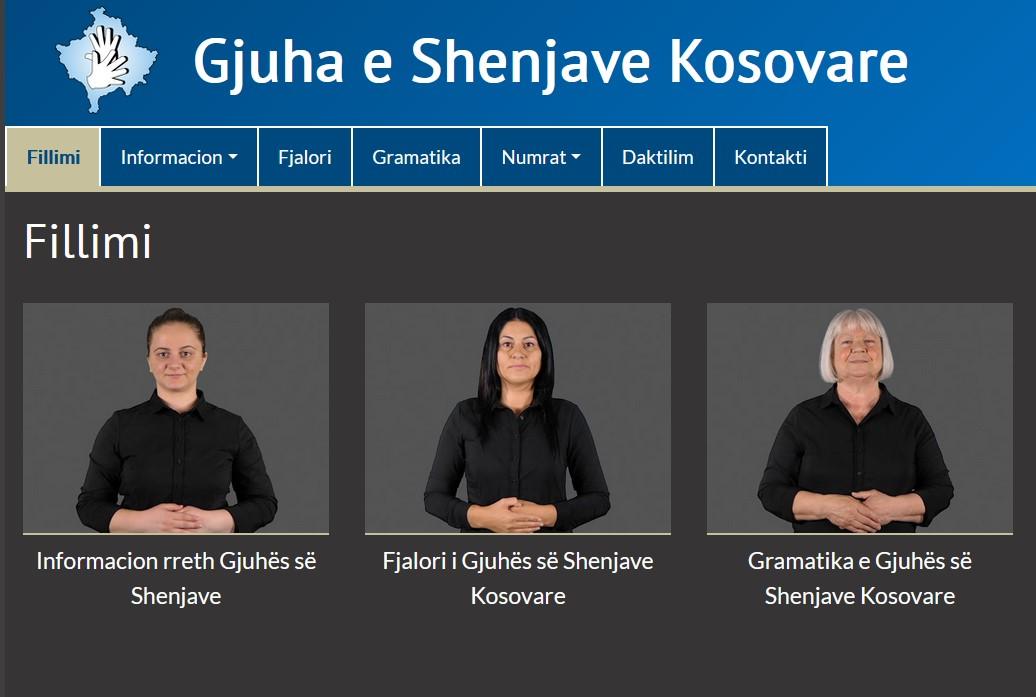 Kolme videoruutua vierekkäin, niiden yläpuolella sanakirjan nimi albaniaksi.